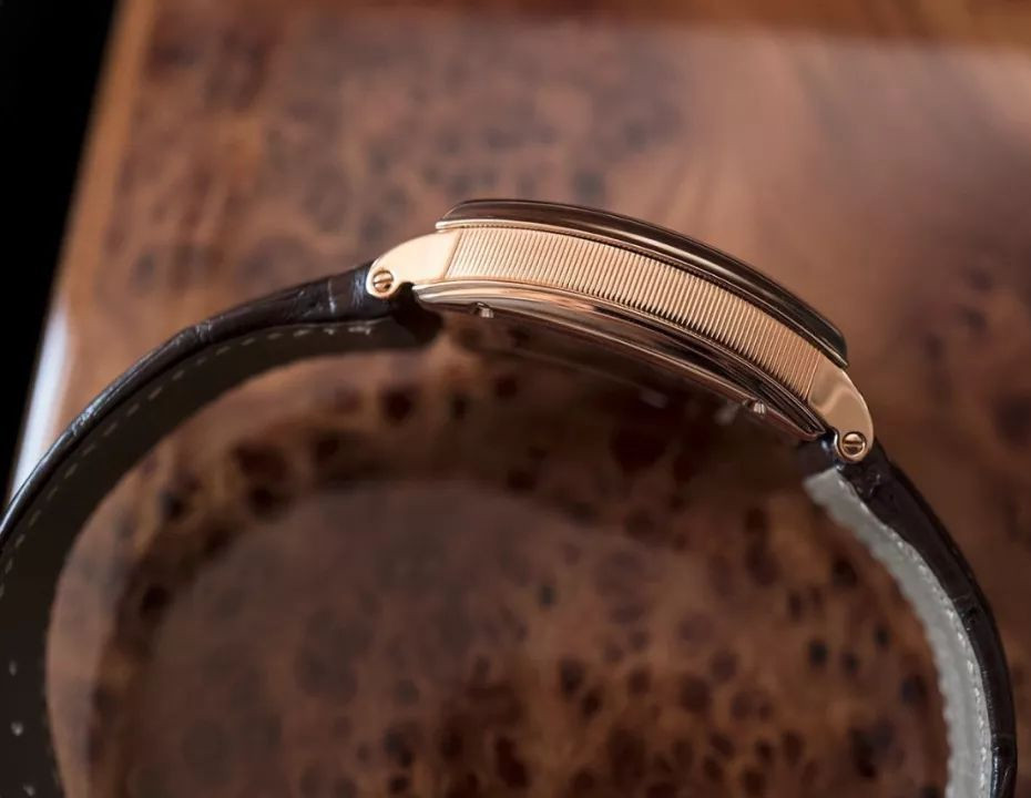 The retro fake watches are made from 18k rose gold.
