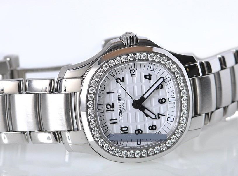 The 35.2 mm copy watches are made from stainless steel.
