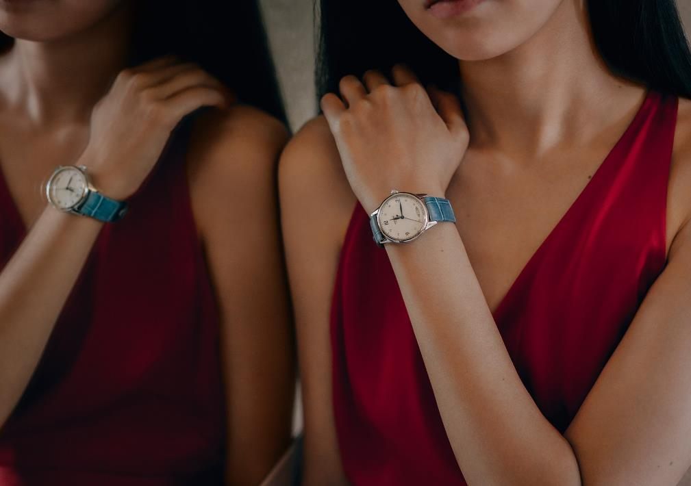 The female copy watches are made from stainless steel.