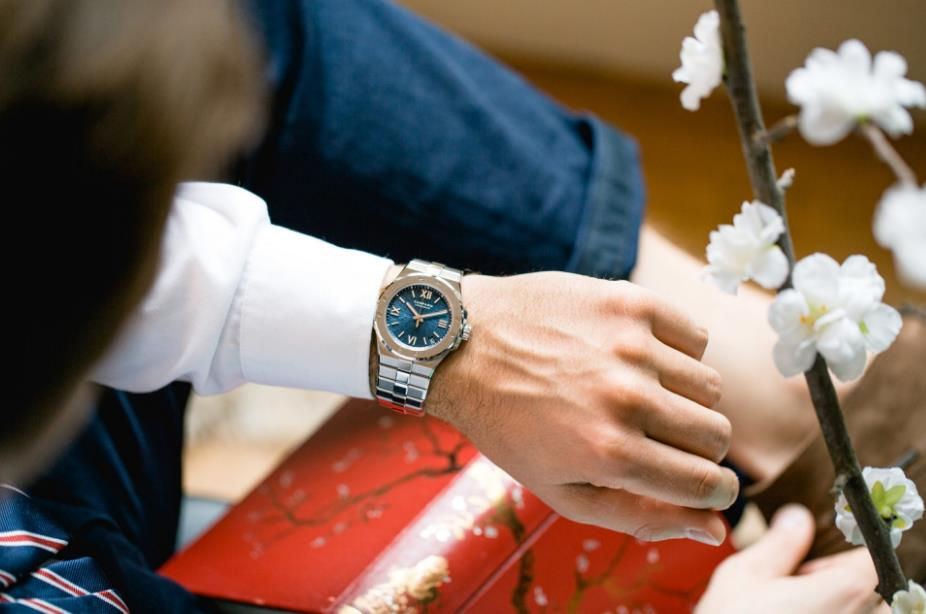 The fine replica watches are suitable for both males and females.